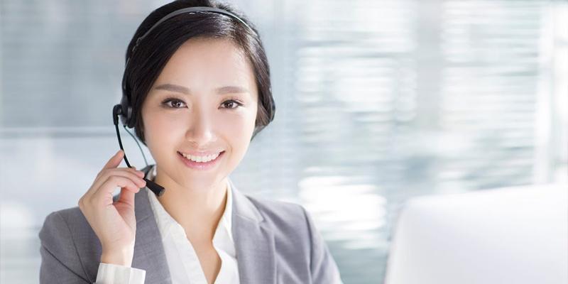 Nhân viên tư vấn gói vay cho khách hàng qua điện thoại