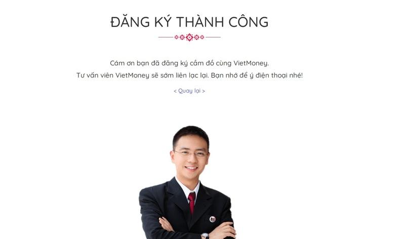 Nhân viên VietMoney xác nhận và tư vấn sản phẩm vay chi tiết đến khách hàng