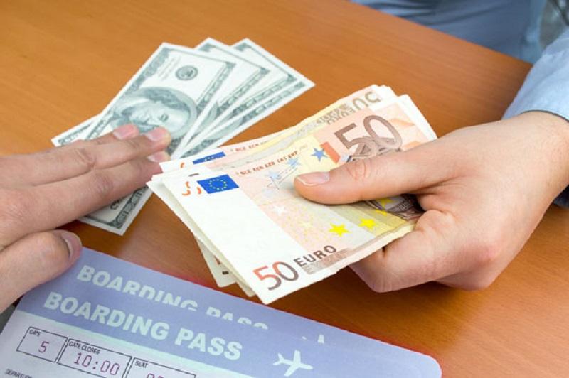 Vé máy bay hoặc các giấy tờ khác là một trong những thủ tục bắt buộc khi mua bán ngoại tệ